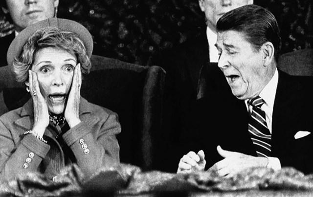 Biểu cảm của Tổng thống Ronald Reagan và phu nhân Nancy sau khi bà Reagan ngồi xuống vì bị quên trong bài phát biểu giới thiệu Tổng thống tại Trung tâm Thủ đô ở Landover, Maryland, ngày 21/1/1985.