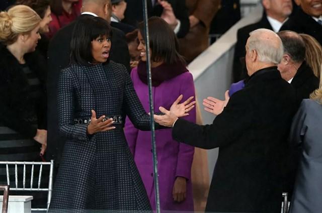 Đệ nhất phu nhân Michelle Obama chào đón Phó Tổng thống Mỹ Joe Biden trên khán đài Lễ nhậm chức tổng thống tại Washington, DC, ngày 20/1/2013.