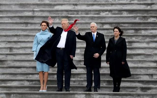 Đệ nhất phu nhân Melania Trump, Tổng thống Mỹ Donald Trump, Phó Tổng thống Mike Pence và phu nhân Karen, vẫy tay chào tạm biệt trực thăng của cựu Tổng thống Barack Obama khi nó khởi hành từ Điện Capitol Mỹ sau Lễ nhậm chức của Trump ở Washington DC, ngày 20/1/2017.