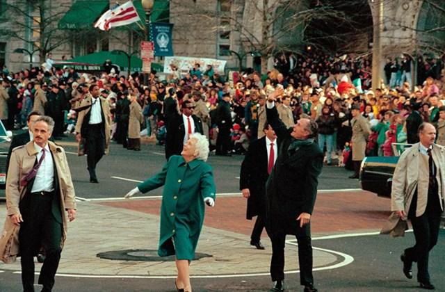 Tổng thống George Bush và Đệ nhất phu nhân Barbara chào đón đám đông trên Đại lộ Pennsylvania sau khi bước ra khỏi xe limousine và đi bộ trên tuyến đường diễu hành ở Washington DC, ngày 20/1/1989.