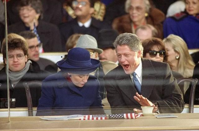 Tổng thống Bill Clinton ngáp khi ông và Đệ nhất phu nhân Hillary theo dõi cuộc diễu hành nhậm chức của tổng thống từ khán đài trên Đại lộ Pennsylvania ở Washington DC, ngày 20/1/1993.