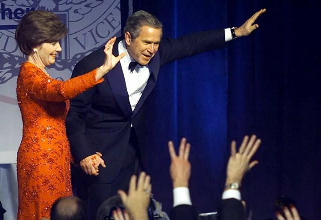 Tổng thống Mỹ George W Bush và Đệ nhất phu nhân Laura vẫy tay chào những người ủng hộ tại Lễ nhậm chức Marriott Wardman ở Washington, DC, 20/1/2001.