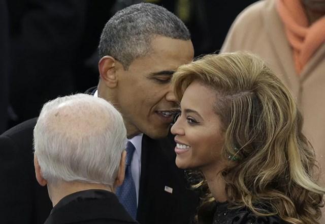 Tổng thống Barack Obama nói chuyện với ca sĩ Beyonce trước khi cô hát Quốc ca trong nghi lễ tuyên thệ nhậm chức của ông tại Điện Capitol trong Lễ nhậm chức Tổng thống lần thứ 57 ở Washington, ngày 20/1/2013.
