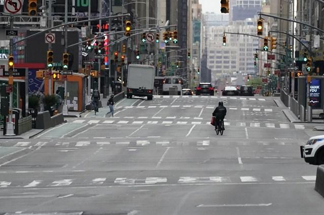 Giao thông thưa thớt tại một tuyến phố ở New York, Mỹ.