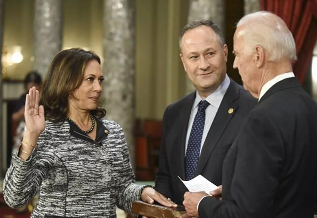 Ông Joe Biden khi còn là Phó Tổng thống dưới thời Tổng thống Obama điều hành lễ tuyên thệ nhậm chức của Thượng nghị sĩ Kamala Harris. Ảnh: AP.