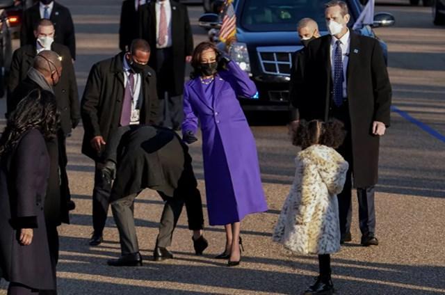 Phó Tổng thống Mỹ Kamala Harris đi cùng cháu gái Amara Ajagu trong cuộc diễu hành ngày nhậm chức của Tổng thống Mỹ Joe Biden ở Washington, DC.