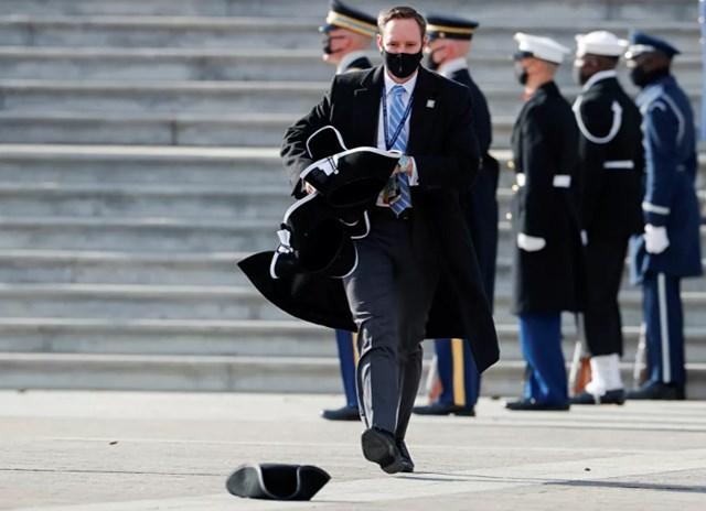 Một nhân viên nhặt mũ trong Lễ duyệt binh sau lễ nhậm chức của Tổng thống Joe Biden với tư cách là tổng thống thứ 46 của Mỹ.