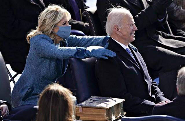 Đệ nhất phu nhân Jill Biden đặt tay lên vai Tổng thống Mỹ Joe Biden trong lễ nhậm chức tại Washington, DC.