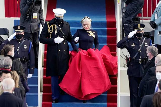 Ca sĩ Lady Gaga được hộ tống lên sân khấu để hát Quốc ca trong lễ nhậm chức Tổng thống của Joe Biden ở Washington, DC, ngày 20/1.
