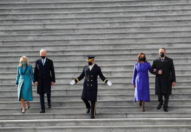 Tổng thống Mỹ Joe Biden cùng Đệ nhất phu nhân Jill Biden và Phó Tổng thống Kamala Harris cùng chồng bà, Đệ nhị phu quân Doug Emhoff bước xuống cầu thang Điện Capitol sau lễ nhậm chức ở Washington, DC, ngày 20/1.