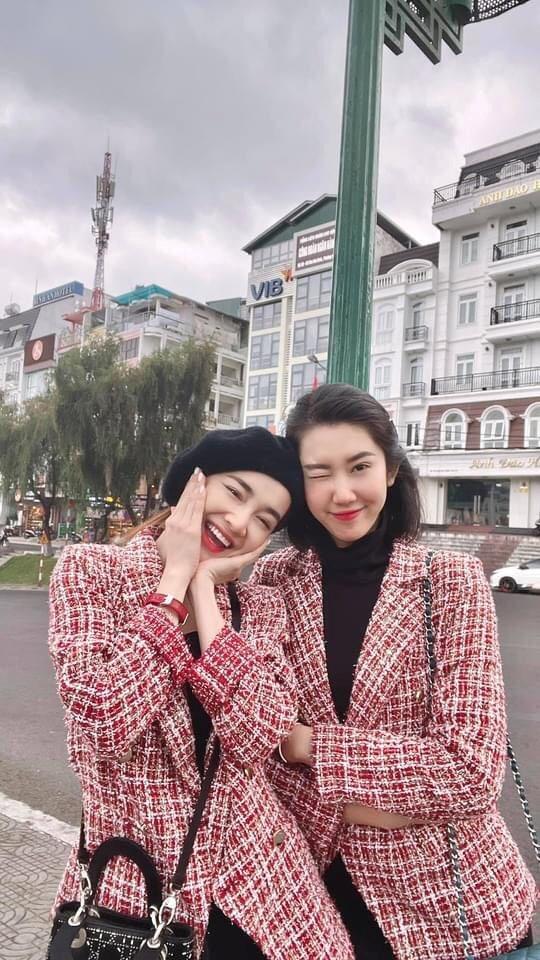 Thúy Ngân và Nhã Phương mặc set đồ giống nhau như chị em sinh đôi.