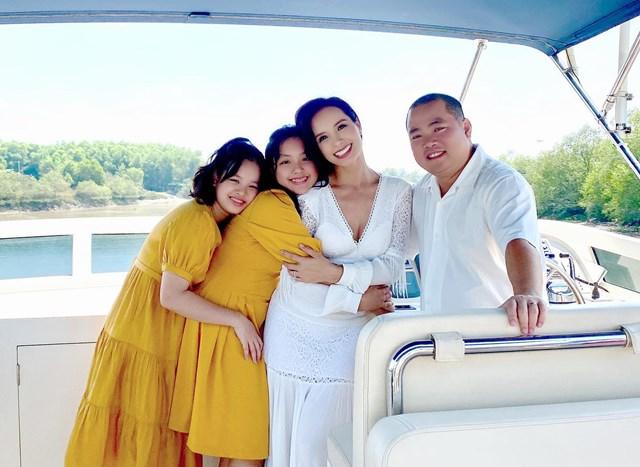 Gia đình cựu người mẫu Thúy Hạnh hạnh phúc trong chuyến đi chơi.