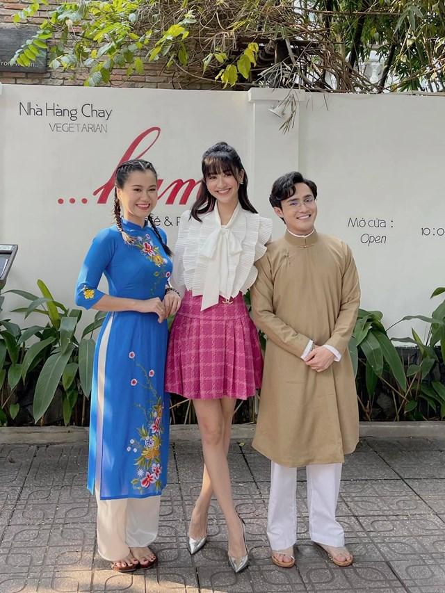 """Á hậu Hoài Thu có dịp quay chung chương trình cùng Lâm Vỹ Dạ và Huỳnh Lâp, và đây là cảm nghĩ: """"Đi quay với 2 anh chị như đi xem tấu hài thật sự. Yêu yêu""""."""