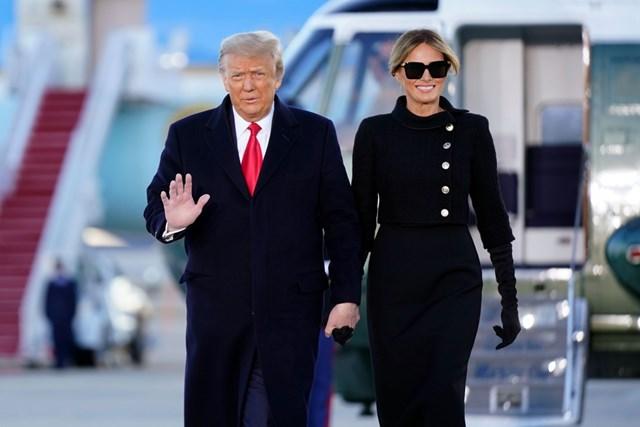 Bà Melania Trump với nụ cười tươi rới cùng Tổng thống Donald Trump có mặt tại căn cứ không quân Andrews để dự lễ chia tay, ngày 20/1. Ảnh: AP.