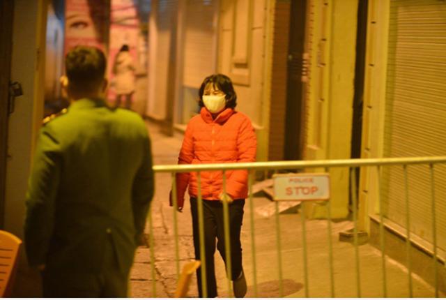 Cơ quan chức năng đã phong tỏa ngõ 92 Nguyễn Khánh Toàn, Cầu Giấy để phòng dịch bệnh. Ảnh: Dân trí.