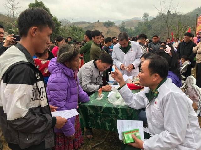Các bác sĩ quân y của Đồn Biên phòng Chiền Sơn và Trung tâm y tế xã Tân Xuân đã khám chữa bệnh miễn phí cho bà con.