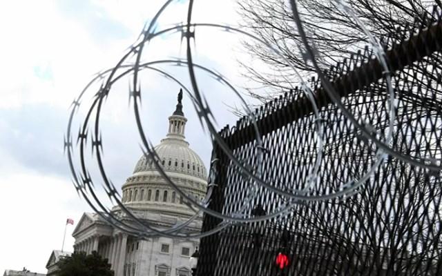 Hàng rào quanh Điện Capitol Mỹ được lắp đặt thêm dây thép gai để tăng cường dăn đe. Ảnh: Reuters.