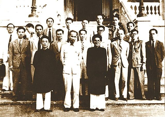 Chủ tịch Hồ Chí Minh đã mời cụ Huỳnh Thúc Kháng (hàng đầu, bên phải) tham gia Chính phủ lâm thời nước Việt Nam Dân chủ Cộng hòa, 1946. Ảnh: Tư liệu.