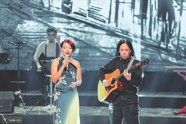Ca sĩ Hà Trần và nhạc sĩ Thanh Phương trong chương trình Quán Thanh xuân.
