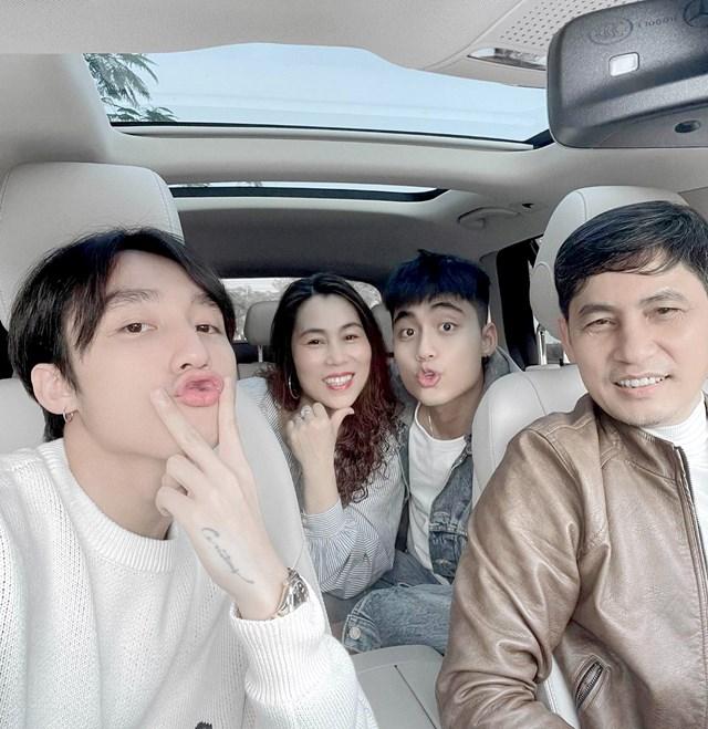 """Bỏ qua lùm xùm """"Trà xanh"""", Sơn Tùng M-TP hạnh phúc đón Tết cùng bố mẹ và em trai ở quê nhà Thái Bình."""