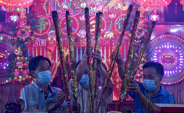 Những người sùng đạo dâng hương tại một ngôi đền để đánh dấu sự bắt đầu của Tết Nguyên đán ở Ta Khmao, tỉnh Kandal, Campuchia.
