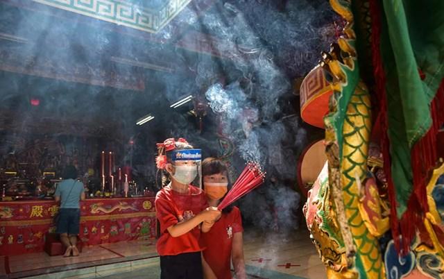 Người dân Indonesia đi lễ tại đền Surya Dharma.
