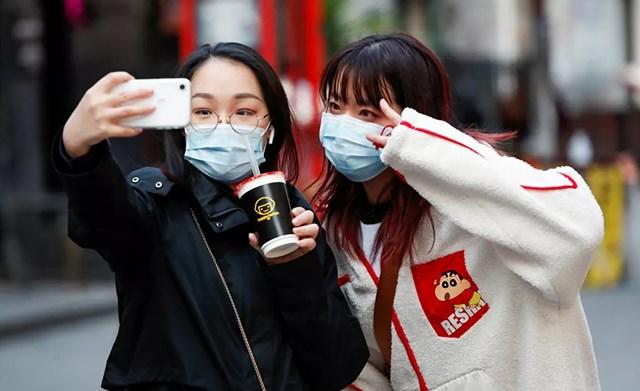 Mọi người chụp ảnh tự sướng trong dịp Tết Nguyên đán tại khu phố Tàu ở London, Anh.