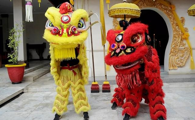 Múa sư tử tại một ngôi đền Trung Quốc vào ngày đầu tiên của Tết Nguyên đán ở Kuta, khu nghỉ mát Bali của Indonesia.