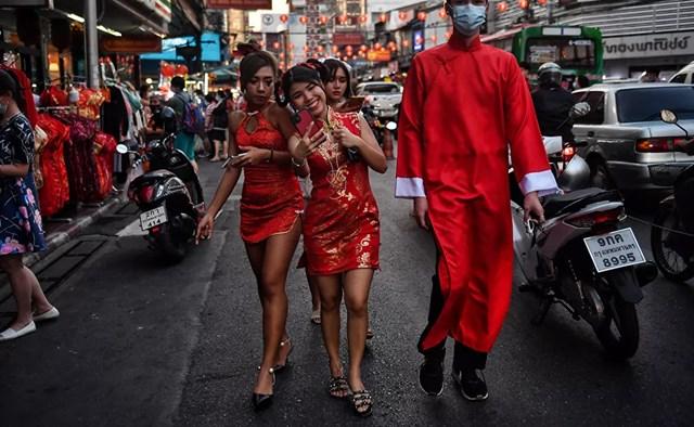 Các cô gái mặc trang phục truyền thống của Trung Quốc khi đi dạo trong Khu Phố Tàu ở Bangkok.