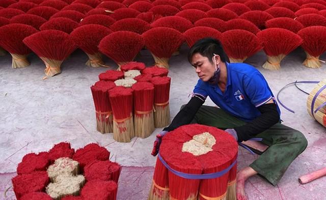 Một nghệ nhân làng nghề làm hương ở ngoại ô Hà Nội, Việt Nam.