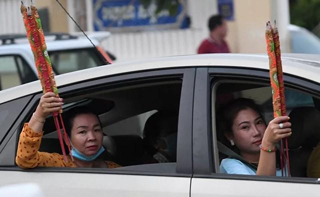 Người dân đi lễ tại một ngôi đền ở Ta Khmao, tỉnh Kandal, Campuchia.