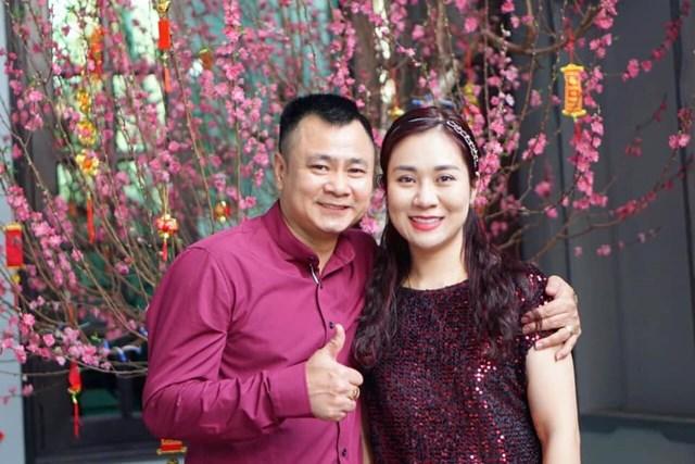 """NSUT Tư Long bày tỏ tình cảm với vợ nhân ngày Valentine: """"Người ta có bạc có vàng/ Anh đây chỉ có mỗi nàng mà thôi/ Chắp tay vái lậy ông trời/ Cho con được sống trọn đời yên vui""""."""