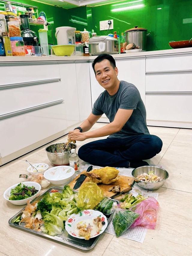 Ca sĩ Hồ Trung Dũng trổ tài nấu ăn với món Gỏi gà ba món.