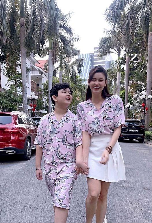 """Trương Quỳnh Anh đón Valentine bên con trai: """"Gợi ý áo cặp cho ngày Valentine. Ai cặp ai thì cặp, em cứ cặp kè với bạn trai kế bên là mỗi ngày đều cười tít mắt nha."""