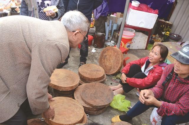 Rất nhiều các mặt hàng của đời sống nông nghiệp, nông thôn được bày bán ở chợ Viềng.
