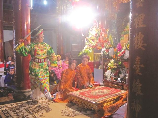 Thực hành tín ngưỡng ở Phủ Dầy, gắn liền với chợ Viềng ở huyện Vụ Bản.
