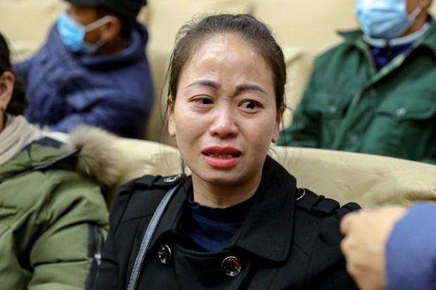 Chị Nguyễn Thị Huyền thêm phần trách nhiệm của người cha, một mình gồng gánh, chăm nuôi 4 con nhỏ. (Ảnh: PV/Vietnam+).