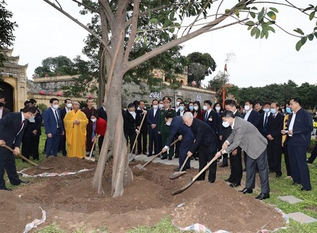 Tổng Bí thư, Chủ tịch nước Nguyễn Phú Trọng cùng lãnh đạo Trung ương và thành phố Hà Nội dự lễ trồng cây tại Khu di tích Hoàng thành Thăng Long. Ảnh: TTXVN.