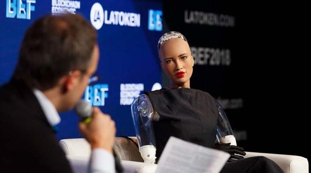 Robot Sophia trong một lần trả lời phỏng vấn.