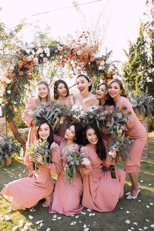 """Nữ ca sĩ MLee đăng lại bức ảnh ngày cưới người chị Tóc Tiên cách đây 1 năm với lời chúc ngọt ngào: """"Ngày này năm ngoái Chiên Đại Tỉ lên xe hoa. Chúc người chị của em sẽ luôn hạnh phúc và có cuộc sống thật sung túc , viên mãn ạ""""."""