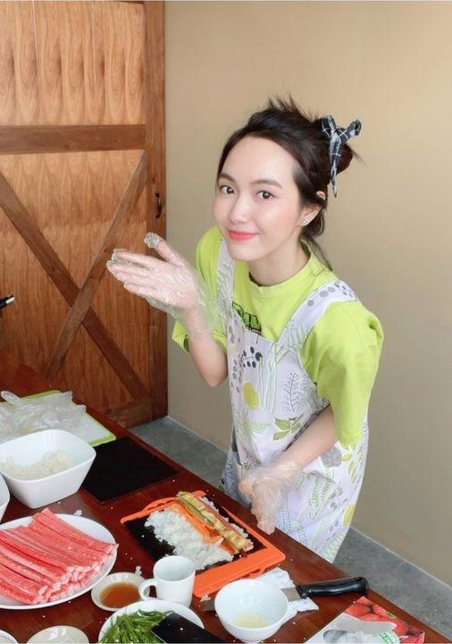 """Ca sĩ Jang Mi trổ tài vào bếp không quên thả """"thính"""" cực ngọt: """"Như vầy hem biết có làm Dâu được chưa nè""""."""