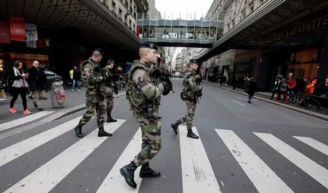 """Lính Pháp tuần tra trên đường phố gần một cửa hàng bách hóa ở Paris trong khuôn khổ kế hoạch an ninh cấp cao nhất của """"Vigipirate"""" ở Paris ngày 10/1/2015. Ảnh: Reuters."""