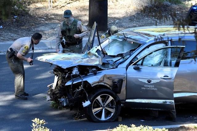 Cảnh sát Los Angeles khám nghiệm chiếc xe của vận động viên golf Tiger Woods, người đã được đưa đến bệnh viện với vết thương nặng ở chân khi xe của anh lệch khỏi đường và lăn xuống một sườn đồi ở Los Angeles, California, ngày 23/2/2021.