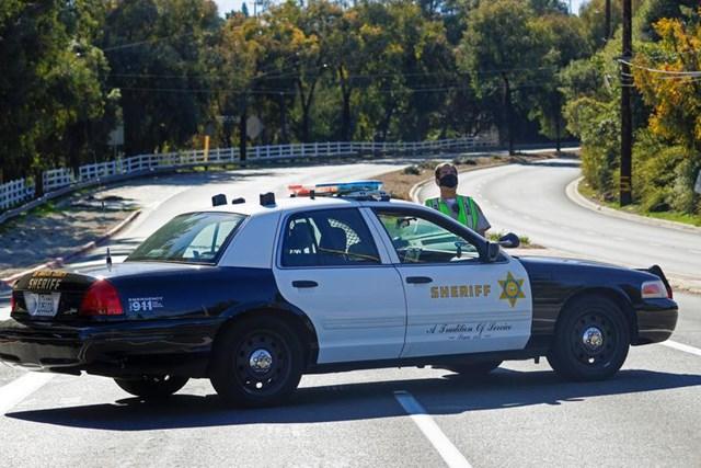 Cảnh sát trưởng LA làm việc tại hiện trường vụ tai nạn.