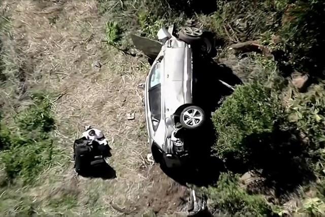 Chiếc xe của Tiger Woods lật nghiêng sau khi lao xuống sườn đồi.