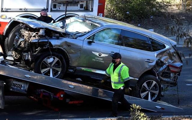 Xe của Tiger Woods được đưa lên một chiếc xe cứu hộ.