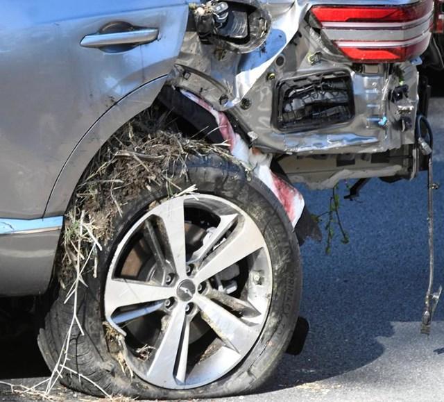 Cận cảnh thiệt hại đối với chiếc xe của Tiger Woods.