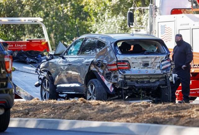 Chiếc xe bị hư hỏng được kéo đi bởi một chiếc xe cứu hộ.