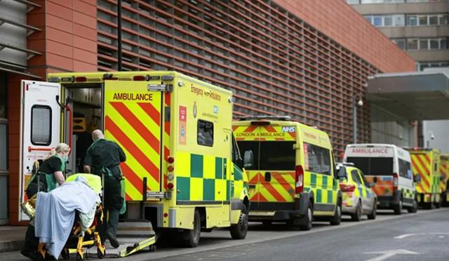 Nhân viên y tế vận chuyển một bệnh nhân tại Bệnh viện Hoàng gia London, khi sự lây lan của Covid-19 vẫn tiếp tục, ở London. Ảnh: Reuters.