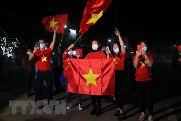 Khi chốt kiểm soát dịch Covid-19 tại quảng trường Sao Đỏ được gỡ bỏ, người dân Chí Linh mừng rỡ reo hò. (Ảnh: Mạnh Minh/TTXVN).